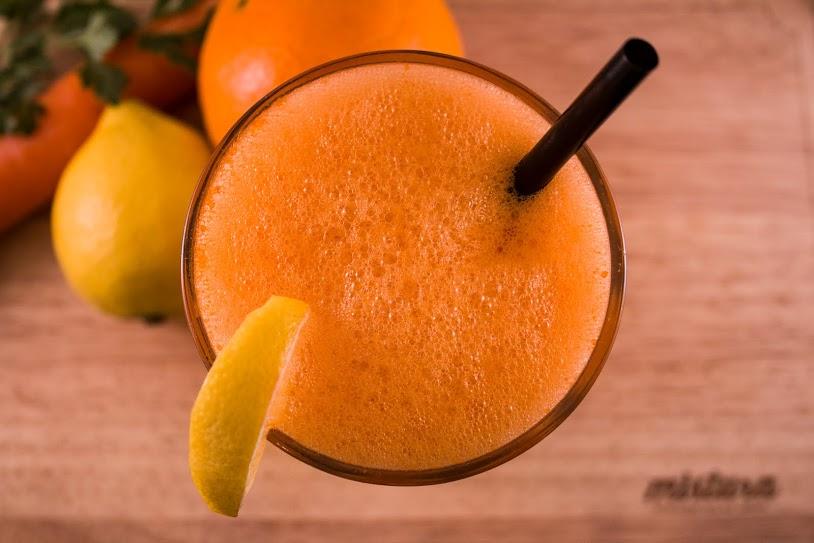 Zumo de naranja, limón, apio y zanahoria